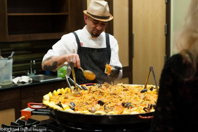 frank magana paella washington wine hall of fame 2017 - Washington Wine Hall of Fame Gala raises record $105,000 for Clore Center